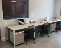 Agencement bureaux en ligne et sièges polypro et bois - La Ciotat