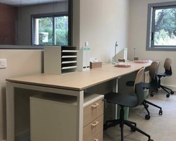 Agencement trois bureaux en ligne 5TH ELEMENT avec sièges polypro - La Ciotat