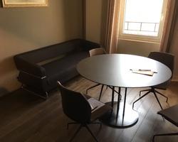 Table ronde Polflex plateau cuir, chaises et canapé - Marseille